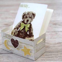 Holzkiste zur Geburt mit Babykarte