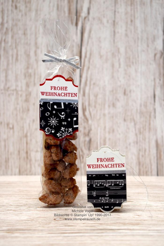 Weihnachtliche Anänger basteln mit der Stanze Etikett für jede Gelegenheit, Stempel aus Weihnachten daheim, Glitzerpapier in Silber, Designerpapier Weihnachtslieder und Zellophantüte. Alle Produkte von Stampin' Up! außer die gebrannten Mandeln www.stempelrausch.de