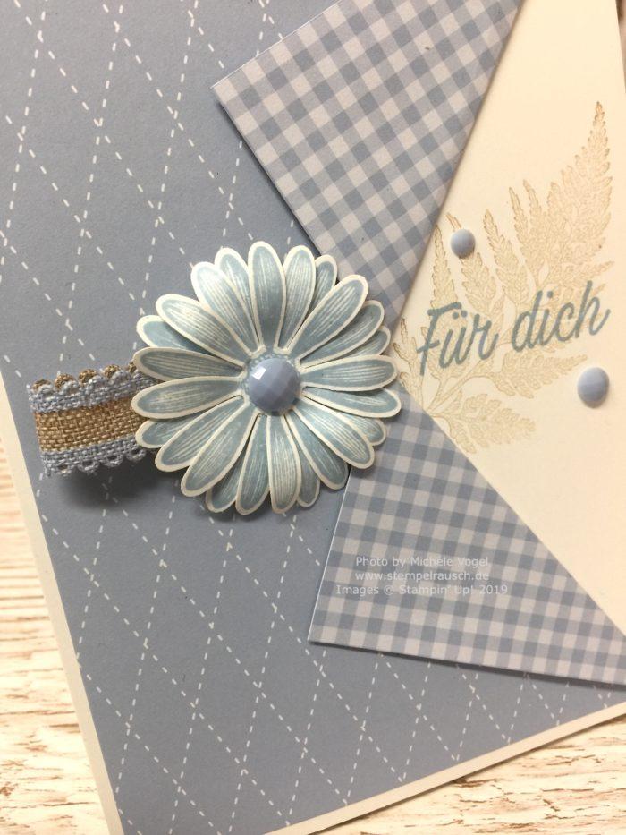 Grusskarten in der In Color Farbe 2019-2021 Rauchblau kombiniert mit Savanne, mit dem Stempelset Gänseblümchenglück und der Stanze mittelgrosses Gänseblümchen von Stampin' Up!_Detailbild_www.stempelrausch.de