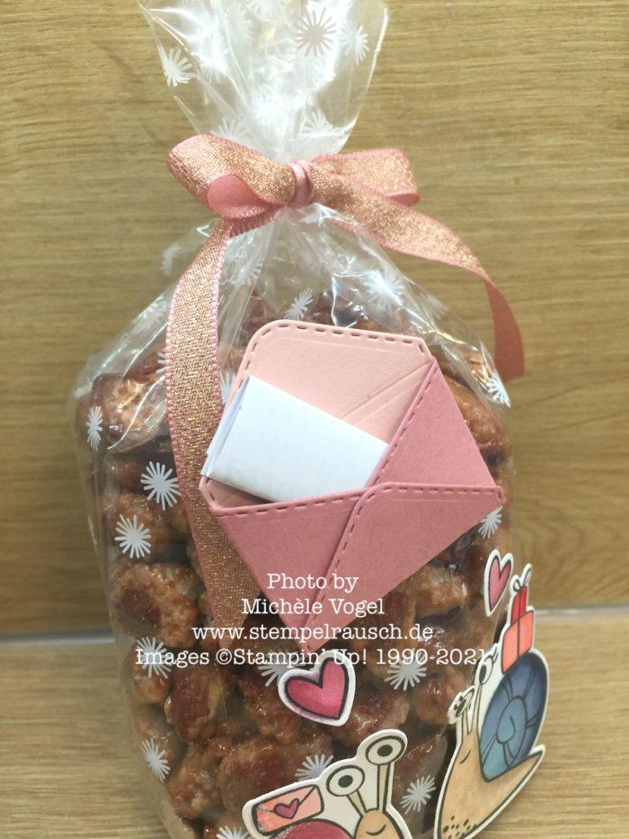 Schneckenpost mit Metallic-Geschenkband in Kirschblüte